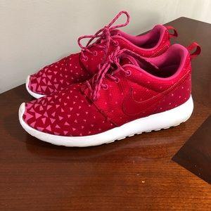 Nike roshe run sneakers pink triangle print 6.5 y
